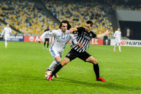 Kyjev, Ukrajina - 7. prosince 2017: Mykola Shaparenko z Dynamo Kyiv bojuje o míč s Milanem Mitrovicem z Partizanu během zápasu UEFA Europa League na stadionu NSC Olimpiyskiy. Redakční