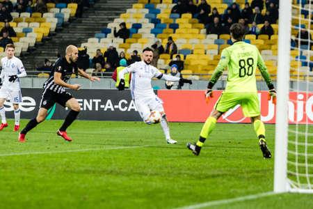 Kyjev, Ukrajina - 7. prosince 2017: Mykola Morozyuk z Dynamo Kyiv předává míč během utkání UEFA Europa League proti Partizanu na NSC olympijském stadionu v Kyjevě na Ukrajině. Redakční