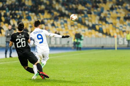 Kyjev, Ukrajina - 7. prosince 2017: Mykola Morozyuk z Dynamo Kyiv bojuje o míč s Nemanja Miletic z Partizan během zápasu UEFA Europa League na NSC Olimpiyskiy stadionu.