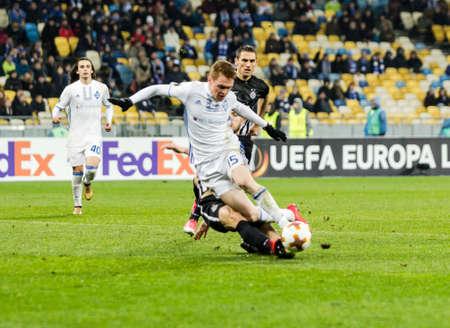 Kiev, Ukraine - 7 décembre 2017: Viktor Tsygankov de Dynamo Kyiv se bat pour le ballon avec Nemanja Miletic de Partizan lors du match de l'UEFA Europa League au stade NSC Olimpiyskiy.