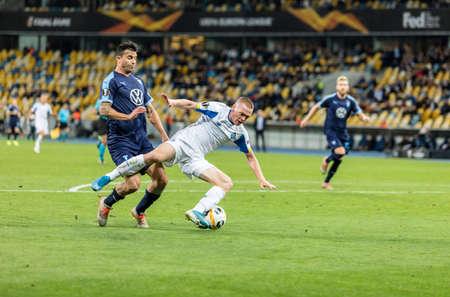 Kyiv, Ukraine - September 19, 2019: Viktor Tsyhankov of Dynamo Kyiv fighting for the ball with Behrang Safari of Malmo during UEFA Europa League match at NSC Olimpiyskiy stadium. Éditoriale