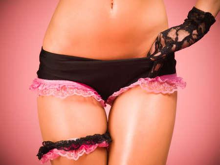 Torso und Hüften einer Tänzerin trägt schwarz und rosa Dessous Standard-Bild - 11811202