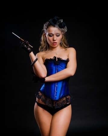 Rétro style de danseuse de cabaret avec une cigarette Banque d'images - 11811222