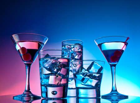 Auswahl an Cocktails auf rosa und blauem Hintergrund Standard-Bild - 12974458