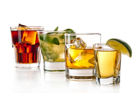 Auswahl an Cocktails auf weißem Hintergrund Standard-Bild - 13127646