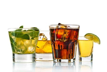 Auswahl an Cocktails auf weißem Hintergrund Standard-Bild - 13127640