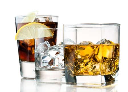 Vielzahl von erfrischenden und alkoholische Cocktails Standard-Bild - 13941959