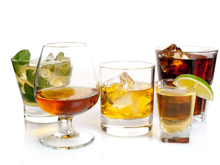 Auswahl an Cocktails auf weißem Hintergrund Standard-Bild - 13941946