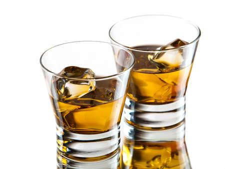 Zwei Gläser Whisky on the rocks Standard-Bild - 16452861