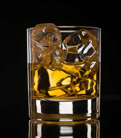 Glas Whisky auf den Felsen auf schwarzem Hintergrund Standard-Bild - 16452866