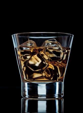 Verre de whisky sur les rochers sur fond noir Banque d'images - 16452865
