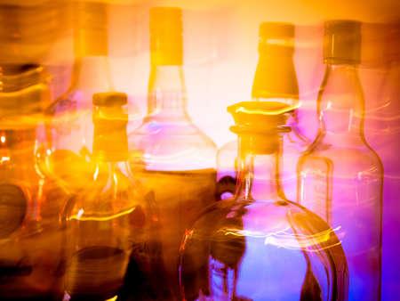 Blurred Flaschen in einer Bar - Schwindel Vision von jemandem, der zu viel gehabt hat Standard-Bild - 17328597