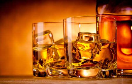 Zwei Gläser Whisky on the rocks und eine Flasche Standard-Bild - 18399081