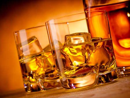Deux verres de whisky sur les rochers et une bouteille Banque d'images - 18399115