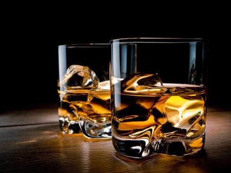 Deux verres de whisky sur les rochers Banque d'images - 18399125