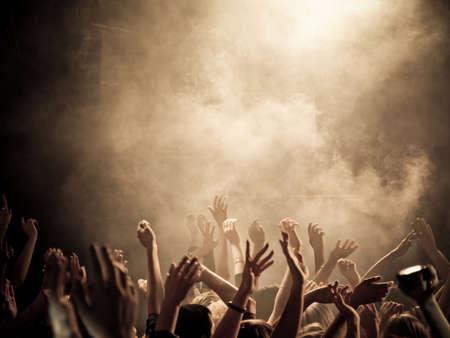Concert foule avec les mains en l'air ISO élevée Banque d'images - 22298626