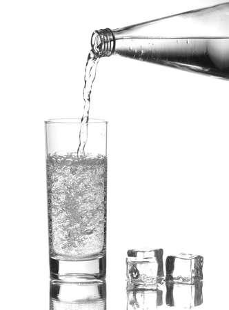 Eau pourong de la bouteille dans un verre Banque d'images - 22215395