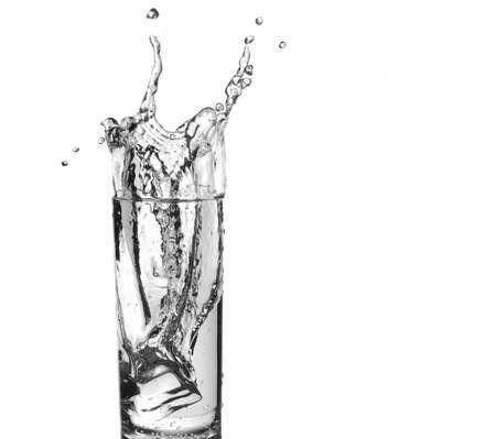 bebidas alcohÓlicas: Ice cube entrar vaso de agua con un chapoteo