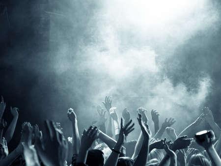 Foule lors d'un concert avec les mains en l'air Banque d'images - 22268034