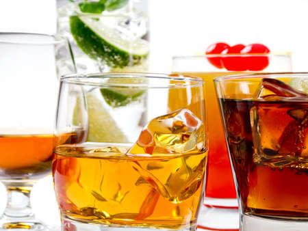 Différents cocktails alcoolisés sur fond blanc Banque d'images - 22349881