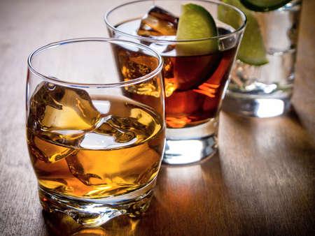Différents cocktails alcoolisés sur une table en bois Banque d'images - 22371677