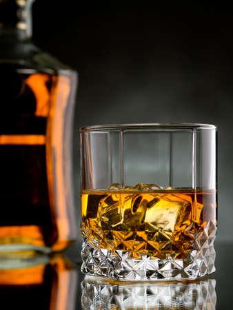 The Great Restaurant - Página 2 23471134-vaso-de-whisky-en-las-rocas-con-una-botella