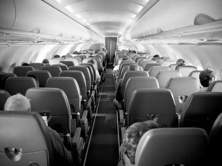 aviones pasajeros: Dentro de un avi�n de pasajeros, filas de asientos