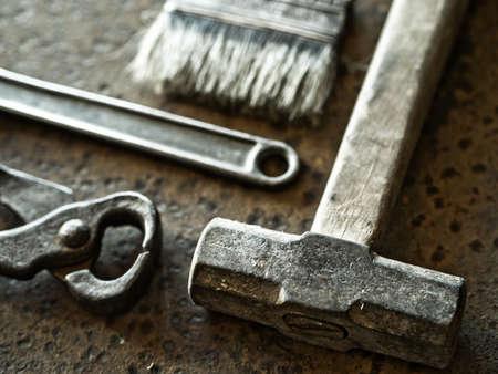 tenailles: Marteau, brosse, pinces et cl� rouill�e sur fond de m�tal