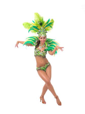 Vrouwelijke samba danseres gekleed in kleurrijke kostuum via witte achtergrond Stockfoto