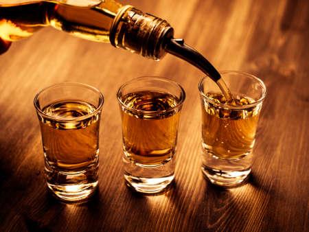 Drie shot glazen gevuld met een drankje