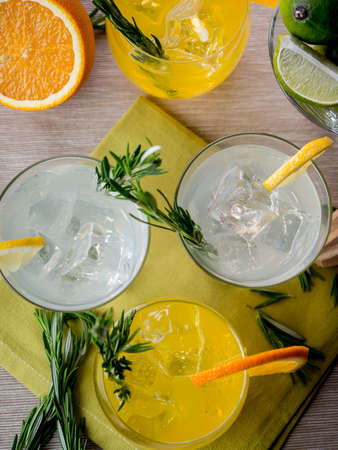gin: Cocktails made of gin, orange juice and tonic Stock Photo