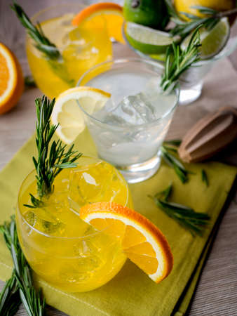 tonic: Cocktails made of gin, orange juice and tonic Stock Photo