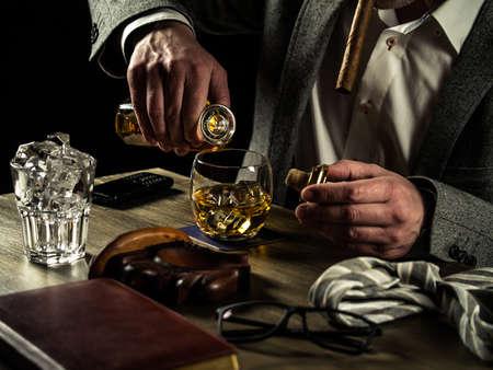 jornada de trabajo: El hombre de negocios aliviar el estr�s despu�s de un whisky beber duro d�a de trabajo Foto de archivo