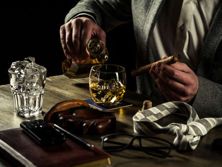 jornada de trabajo: Businessman relieving stress after a hard working day drinking whiskey