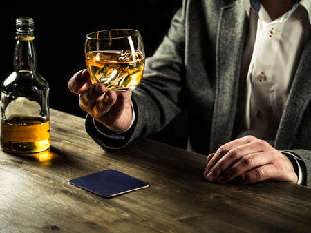 whisky: homme bien habillé avec un whisky cigare potable Banque d'images