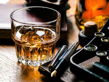 vaso de precipitado: Escritores noche con un vaso de whisky Foto de archivo