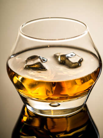 vaso de precipitado: Whisky on the rocks Foto de archivo