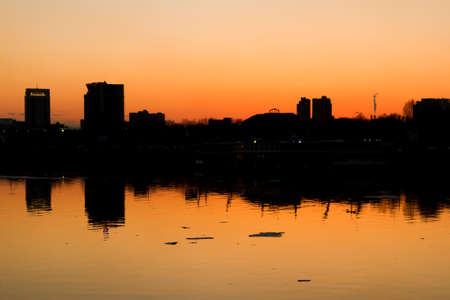 The city silhouette in the reflection of water on the bank of the Moscow River in the late evening 版權商用圖片