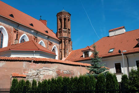 St. Anne's Red-Catholic Catholic Church in the historical center of Vilnius in Lithuania on a bright sunny summer day 版權商用圖片