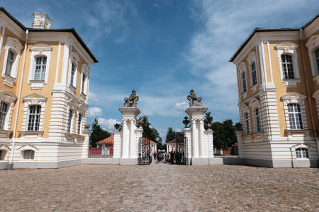 Summer view of the Rundale Palace from the time of the Russian Empire in Latvia. Baroque building under a clear blue sky and clouds. 新聞圖片