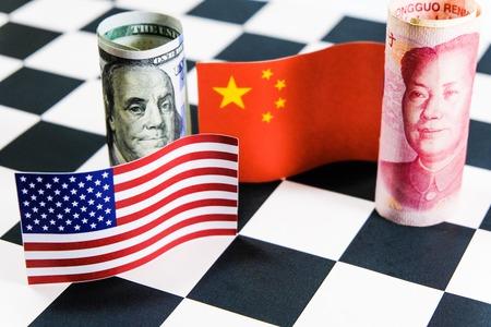 미국 및 중국 플래그와 함께 미국 달러와 위안 지폐. 그것은 세계에서 가장 큰 경제 국가 간의 관세 무역 전쟁 위기의 상징입니다. 스톡 콘텐츠 - 102492283