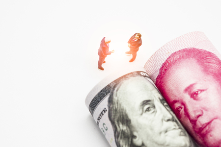 Miniature business men with US dollar and China Yuan banknote on cooperate meeting for trade war.Copy space and business concept. -Image. Banque d'images - 118695643