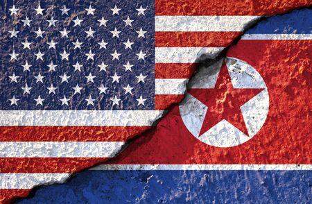 Zbliżenie pęknięty flaga USA i flaga Korei Północnej. Jest to konflikt dla obu krajów objętych sankcjami wojskowymi i gospodarczymi.