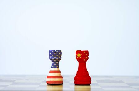 Drapeau des États-Unis et écran d'impression du drapeau de la Chine sur les échecs avec un fond blanc. C'est le symbole de la barrière fiscale de guerre commerciale tarifaire entre les États-Unis d'Amérique et la Chine.