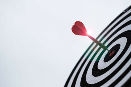 Dart arrow hit dartboard and goal with sunlight ,Setup objectives and target for business investment concept. Banque d'images