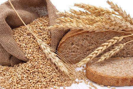 bolsa de pan: Una bolsa con trigo y orejas de pan  Foto de archivo