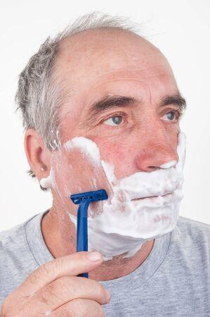 hombre afeitandose: Hombre de afeitar Foto de archivo