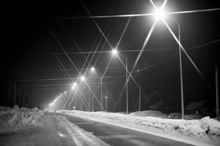 Straatlantaarn op gebied in de voorsteden bij nacht