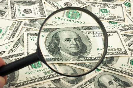 dinero falso: Billetes de cien dólares bajo la lupa