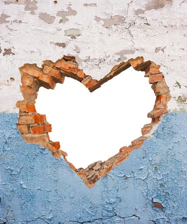 Coeur en forme de trou dans le vieux mur de briques